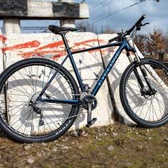 Шукаєш надійний велосипед? А може, давно мрієш про участь у змаганнях?  Представляємо модель Cyclone SLX 2021 року - найбажаніший велосипед у цьому сезоні. І то не дивно, ровери цієї лінійки вже давно завоювали прихильність наших досвідчених райдерів. Головною відмінністю від моделі попередньго року є встановлення більш короткого виносу та довшого керма, це дозволяє їздити більш агресивно і технічно.  Cyclone SLX - кроскантрі велосипед, розрахований на використання в змаганнях початкового та середнього рівня. Крім того, чдово підходить для поїздок по пересічній місцевості, різноманітним трейлам та повсякденним поїздкам по місту.  Баттована рама з полірованими подвійними швами, має конусну рульову, 3d дропаут. Всі троси та гідролінії приховані в середину рами. Повітряно-масляна вилка має гідравлічний локаут. Велосипед обладнаний потужними дисковими гідравлічними гальмами від японського виробника Shimano моделі BR-MT400 з роторами 160мм. За перемикання швидкостей відповідає трансмісія Shimano RD-M7000.   З цими та іншими характеристиками можна ознайомитись на нашому сайті, посилання у шапці профілю ⤴️  Вперед до здійснення мрій разом з Cyclone! 🚲  #probicyclegroup #велосипед #Cyclone #BMX #Winner #Kinetic #мтбукраїна #горныйвелосипедукраина  #mtbrider #горныйвелосипед #mtbukraine #slx_cyclone2021